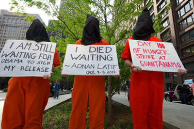 Demonstrators dressed like detainees demand that Obama close Guantánamo, Chicago, May 2013. (Photo: FJJ)