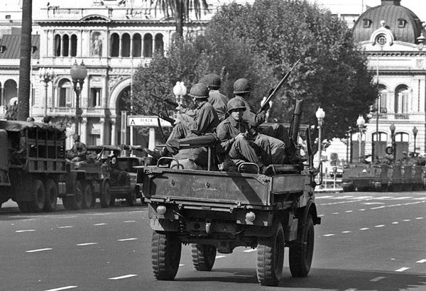 U.S. trained army troops in Argentina patrol outside the palace after military coup, 1976/