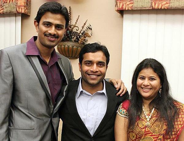 Srinivas Kuchibhotla, izquierda, posa con Alok Madasani y su esposa, Sunayana Dumala