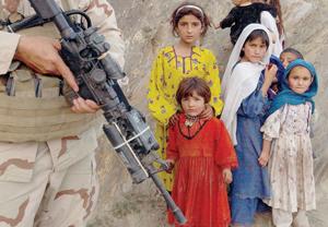 Un soldado yanqui y unas jóvenes, Afganistán, 2004.