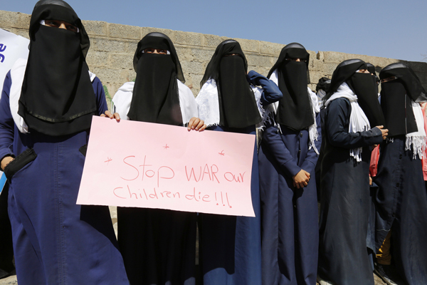 "In Sanaa, Yemen, women protestors outside the UN offices opposed US-backed war with signs saying ""Yemen women die due to war and siege!"""