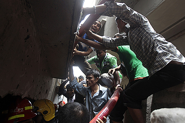 People trying to escape Bangladesh factory fire.